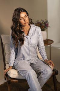 Pijama longo modelo com camisa e botões.