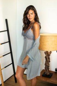 pijama curto com robe cinza.