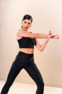 daniela tombini fitness top e legging preta estampa onça