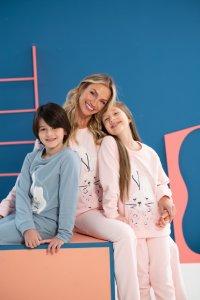 Pijama infantil e adulto.