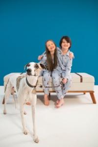 Pijama infantil com estampa de cachorro.