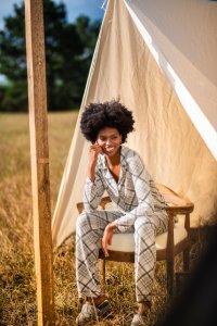 Pijama feminino longo com botões estampado.