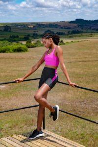 bermuda fitness feminina preta com faixa rosa